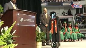Nằm viện vẫn dự lễ trao bằng tốt nghiệp nhờ robot