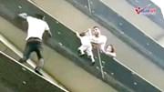 """""""Người nhện"""" tay không leo 4 tầng nhà cứu em bé lơ lửng ngoài ban công"""