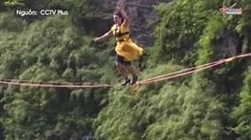 Xem người đẹp mang giày cao gót đi thăng bằng ở độ cao 1300m