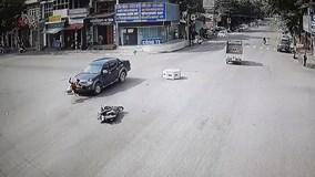 Xe bán tải tông phụ nữ đi xe máy bay lên nắp capo như phim hành động