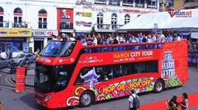 Lên xe buýt mui trần 2 tầng, dạo quanh phố Hà Nội