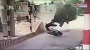 Ôtô lao vào trạm thu rồi lật ngửa, tài xế bất tỉnh
