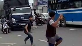 Hỗn chiến giữa xe khách và xe tải sau va chạm