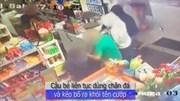 Bé trai 6 tuổi xông vào cứu bố khỏi tên cướp có súng