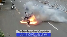 Xe điện đang đi bỗng phát nổ, bốc cháy như ngọn đuốc