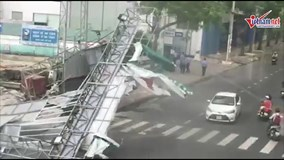 Sài Gòn: Giông lốc dữ dội cuốn tung biển hiệu, quật đổ cây xanh