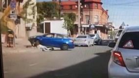 Chồng lái xe lao thẳng vào vợ vì đòi ly hôn