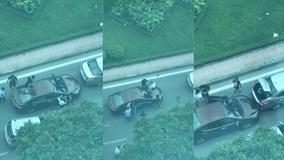Nhóm thanh niên dẫm lên nóc xe, mở cốp lấy gậy đe dọa xe gây va chạm
