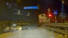 Container vẫn cố băng qua đường ray bất chấp thanh Barie đang hạ