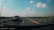 Xe bán tải chạy ngược chiều 'như điên' trên cao tốc Hưng Yên - Hà Nội