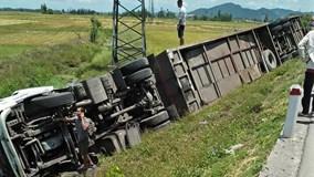 Nghệ An: Cả loạt ô tô húc nhau bay xuống ruộng, 10 người nhập viện