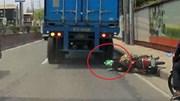 Bị xe tải cán qua đầu, người đi xe máy sống sót thần kỳ nhờ mũ bảo hiểm xịn