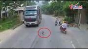 Bé trai đi chưa vững băng qua đường, 2 tài xế xe tải hết hồn