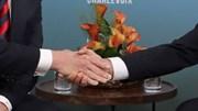 Cú bắt tay của Tổng thống Pháp khiến tay ông Trump biến sắc