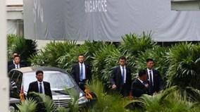 Dàn vệ sĩ áo đen tái xuất, chạy bộ theo xe chở ông Kim Jong Un ở Singapore