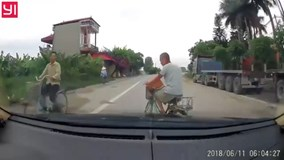 Đạp xe sang đường không quan sát, suýt bị ô tô đâm