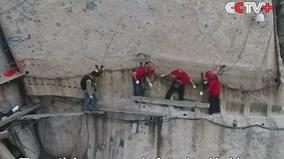 Cận cảnh tu sửa con đường leo núi hiểm trở nhất thế gian