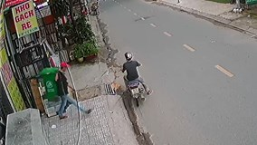 Hai thanh niên bẻ khóa trộm thùng rác chuyên nghiệp khiến dân mạng tò mò