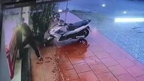 Cầm búa đập kính cướp tiệm vàng trong 3 giây ở Quảng Nam
