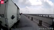 Xe tải vượt ẩu gây tai nạn, bỏ chạy như bay trên cầu Thanh Trì