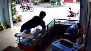 Thanh niên trộm 2 iPhone nhanh như cắt trước mặt người bán hàng