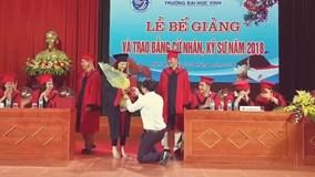 Nữ sinh được thầy giáo quỳ gối cầu hôn trên bục lễ tốt nghiệp