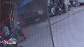 Hà Nội: Táo tợn giật phăng túi nhẫn từ tay chủ tiệm vàng