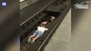 2 thiếu niên liều chết nằm dưới đường ray cho tàu chạy qua