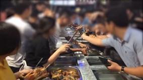 Hàng trăm người nhốn nháo tranh thức ăn miễn phí