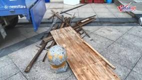 Tấm gỗ từ trên trời rơi xuống, hạ gục người đi xe máy
