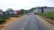 Cú đánh lái của tài xế container tránh tai nạn thảm khốc trong gang tấc