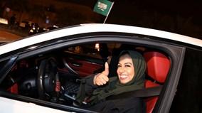 Phụ nữ Ảrập Xê-út sung sướng tràn xuống đường trong ngày đầu được tự lái xe