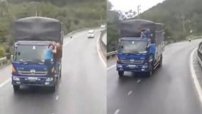Huế: Hai người đàn ông đánh đu trên đầu xe tải