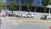 Xe máy 'rồng rắn' đi ngược chiều dù đối đầu CSGT trên phố Hà Nội