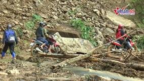 Dân vùng lũ 'vật lộn' trong hỗn độn bùn lầy và đất đá
