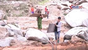 Công an, bộ đội vượt lũ giúp dân xây nhà, sửa đường
