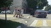 Sang đường bị còi ô tô làm giật mình, 3 cô gái lao vào ẩu đả giữa ngã tư