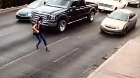 Trượt giầy cao gót khi sang đường, cô gái nằm gọn dưới bánh xe ô tô