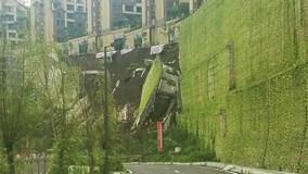 Khoảnh khắc cả con đường bất ngờ sụp đổ trong tích tắc