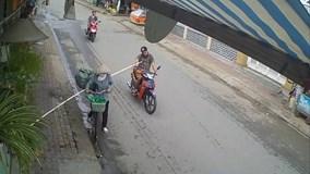 Chị ve chai và cú xoay người 'hất bay' người đi xe máy