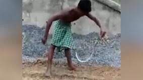 'Trẻ trâu' dại dột trêu rắn và cái kết kinh hoàng