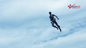 Robot bay lượn trên không, mô phỏng Iron Man như thật