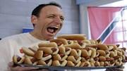 """""""Thánh ăn"""" lập kỷ lục ăn 74 cái bánh mỳ kẹp xúc xích trong 10 phút"""
