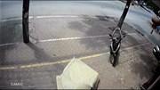 Kỳ lạ Honda Lead không người lái lao qua ngã tư phi lên vỉa hè