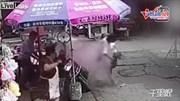 Bé vặn tay ga, hai mẹ con lao xe máy vào chảo dầu nóng