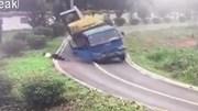 Xe tải ôm cua lật thảm khốc, tài xế phi thân ra ngoài nhanh như chớp