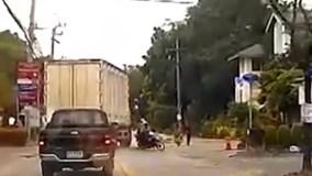 Pha đánh lái chớp nhoáng đốn ngã 2 tên cướp của tài xế xe tải