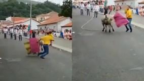 Ông bố liều lĩnh vừa bế con vừa đấu bò tót giữa phố