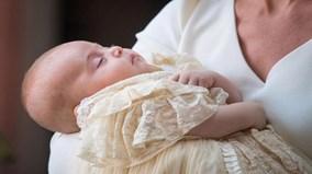 Hoàng tử bé Louis ngủ ngon trên tay mẹ trong ngày lễ rửa tội