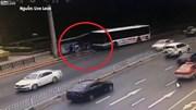Xe buýt cày nát nhà chờ, chèn nhiều người vào cột điện